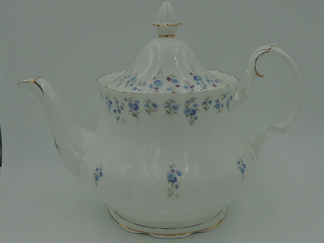 Vintage Royal Albert Memory Lane 6 Cup Teapot Blue Flowers