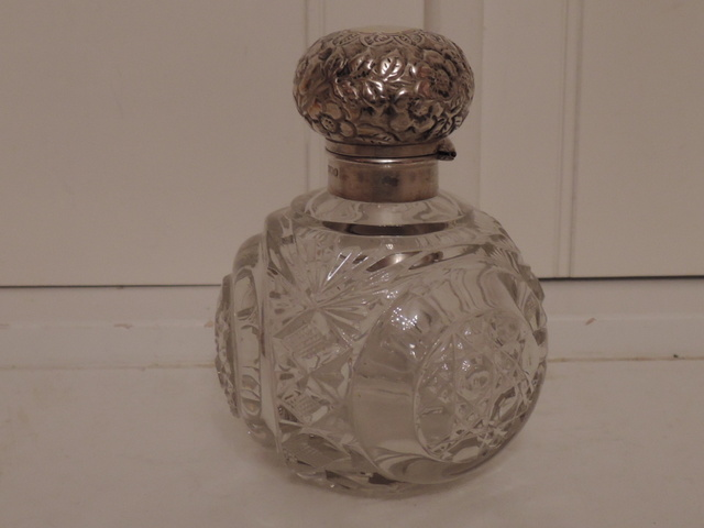 Large Antique Sterling Silver Lid & Heavy Cut Glass Perfume Bottle Sheffield 1901